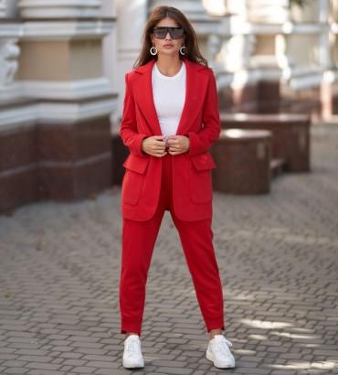 Женский костюм красного цвета с кружевом