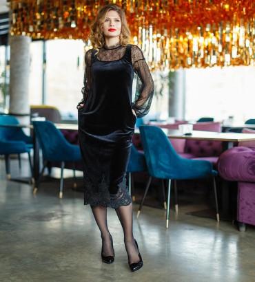 Черное бархатное платье с гипюром