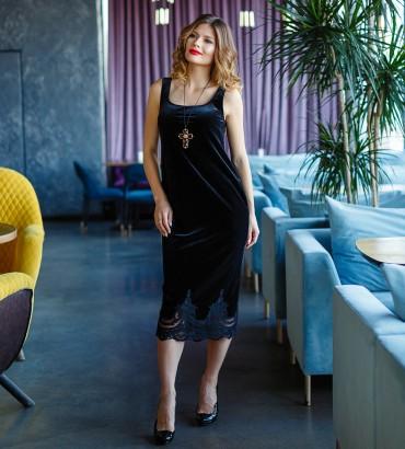 Облегающие бархатное платье черного цвета.