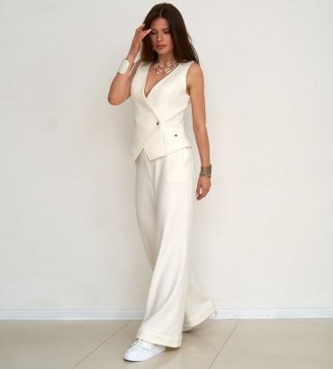 Женский костюм с жилетом и брюками молочного цвета