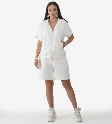 Спортивный костюм с шортами белого цвета Ленория lounge