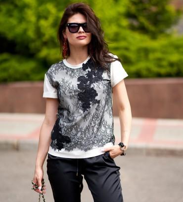 Женская молочная футболка с гипюрной вставкой Клер