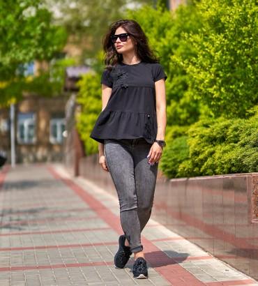 Женская черная футболка с цветочной аппликацией Агата 2