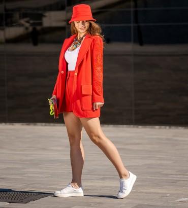 Женский костюм красного цвета с шортами и кружевом Мишель