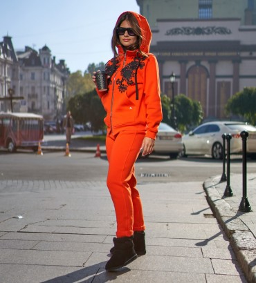 Спортивный костюм женский оранжевого цвета с кружевной аппликацией