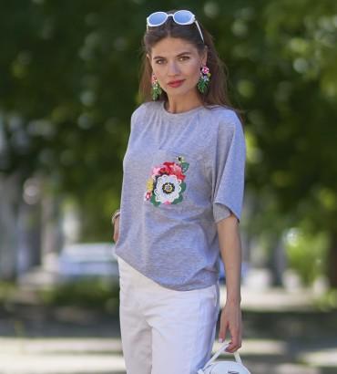 Женская футболка серого цвета с аппликацией из кружева Эмилия