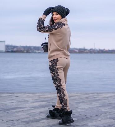 Спортивный костюм женский бежевого цвета с кружевной аппликацией ребека long