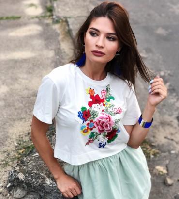 Женская белая футболка с цветочной аппликацией Доротея